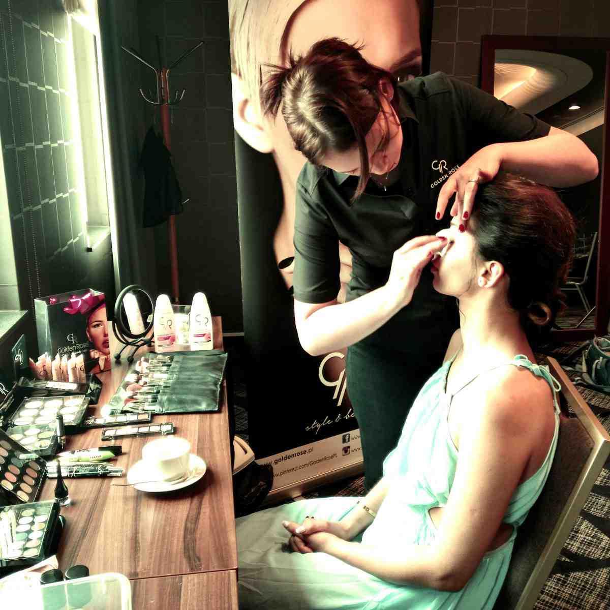 Backstage najnowszej sesji do magazynu Moda-Ślub z udziałem GR! Piękna modelka w makijażu Golden Rose.