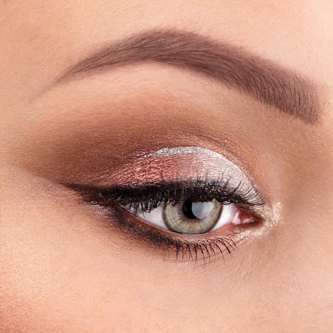 Jaki kolor powiek do czerwonej szminki, czyli najważniejsze zasady makijażu. Makijażowe porady.
